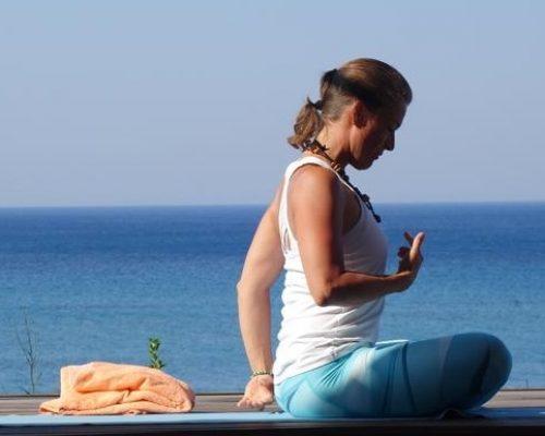 Yoga Anja seitlich mit Meer